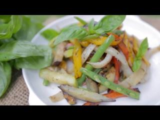 Салат из овощей с кальмаром на гриле