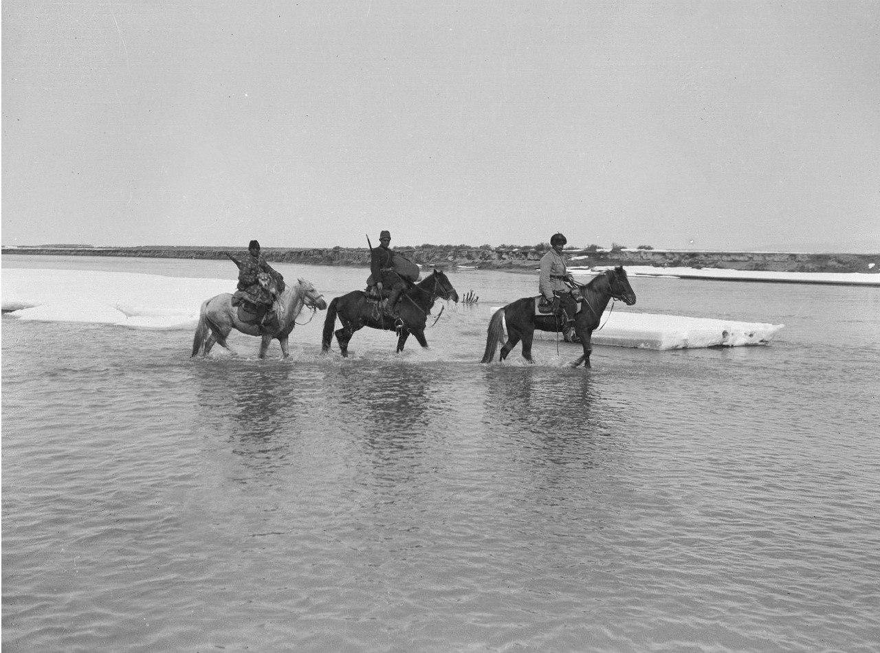 Маннергейм (справа) и два члена экспедиции переходят реку Текес вброд
