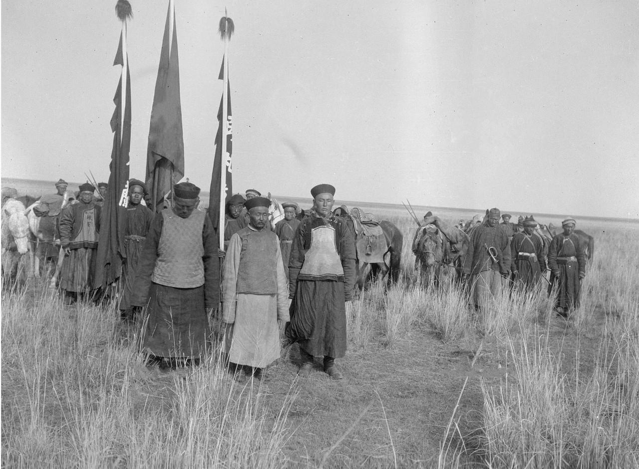 Богатый калмык Насамбатин со своими людьми прибывает в лагерь Маннергейма