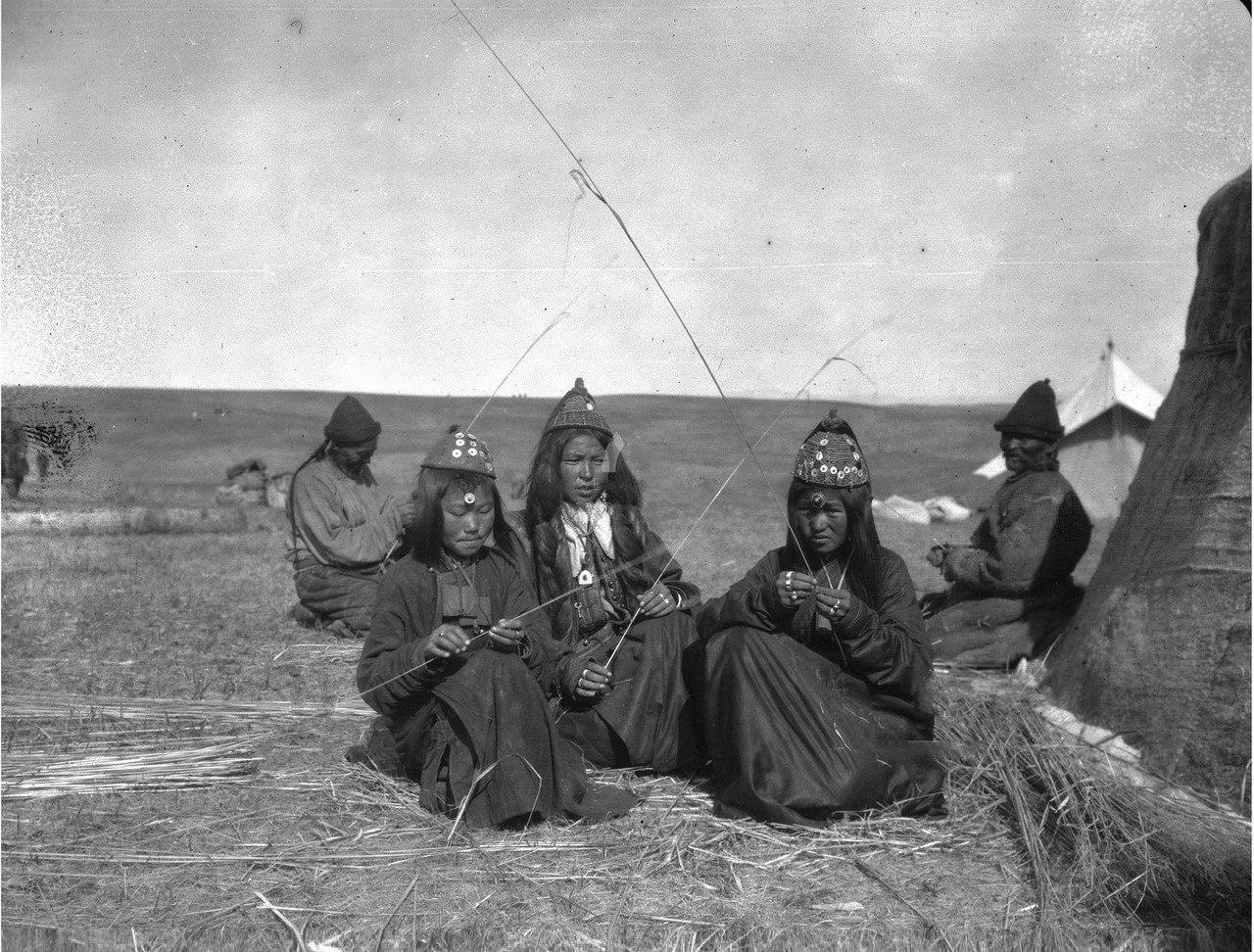 Семья богатого калмыка Насамбатина за работой возле юрты
