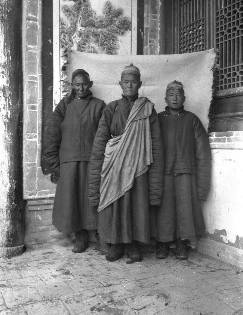 Лама с послушниками