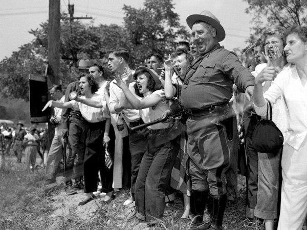 Разгневанная толпа белых американцев протестует против концерта черного певца Поля Робсона, 1949 год