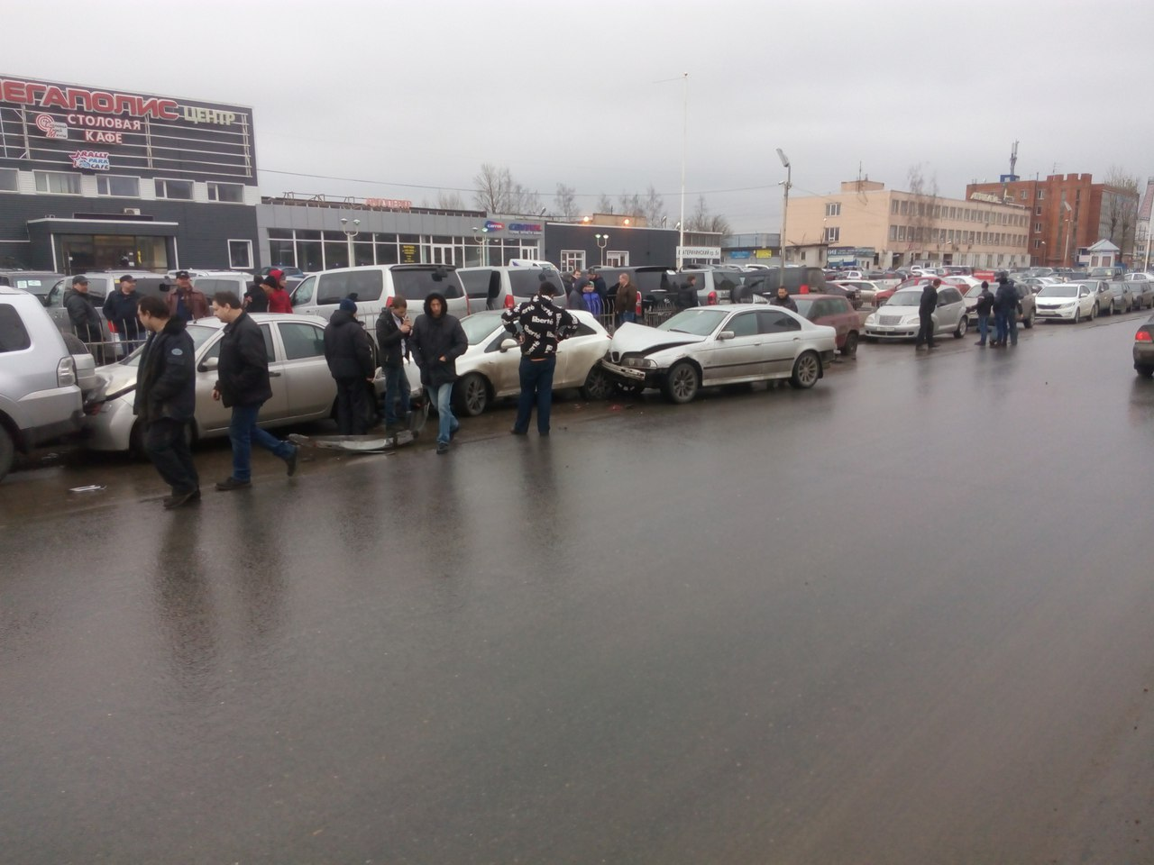 Вмассовом ДТП вПетербурге столкнулись 6 авто