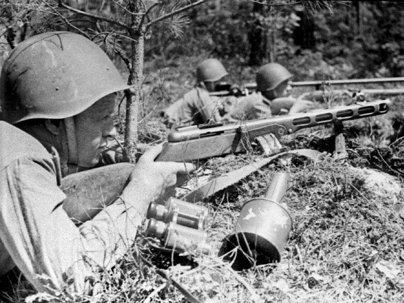 Командир взвода противотанковых ружей лейтенант Логинов с бойцами
