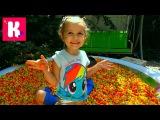 Огромный бассейн кукурузных палочек с игрушками Прыгаем в бассейн Ищем сюрприз...