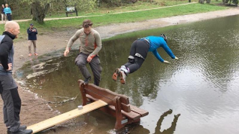 Her har kompisene lurt Øivind til å tro at han skal hoppe i strikk