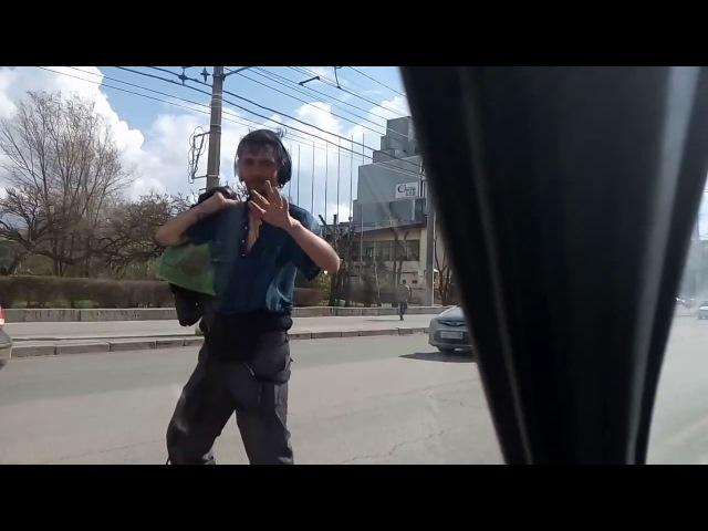 Городские танцы: в танцпол мужчина превратил проезжую часть центра Волгограда