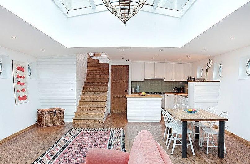Потрясающий дом на барже в Стокгольме  Старая баржа 1909 года была удивительным образом преобразована в частную резиденцию площадью 150 кв.