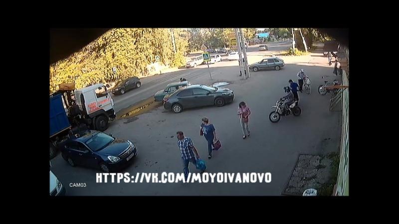 Момент столкновения мопеда с автомобилем в Иванове