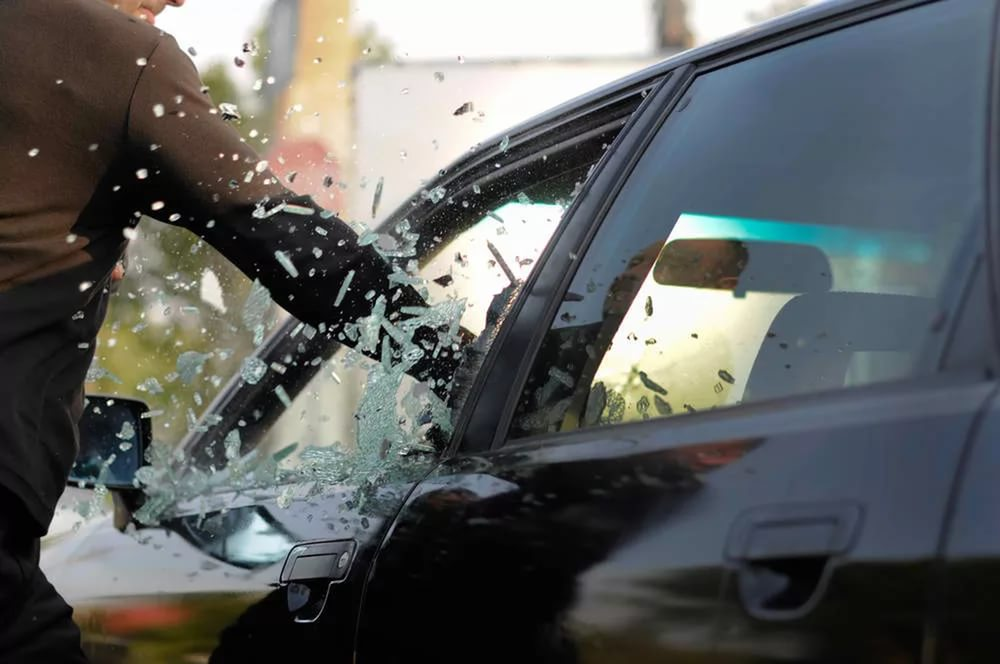 В Таганроге задержали шахтинца, разбившего стекло в авто и похитившего сумку со 100 тыс.рублей