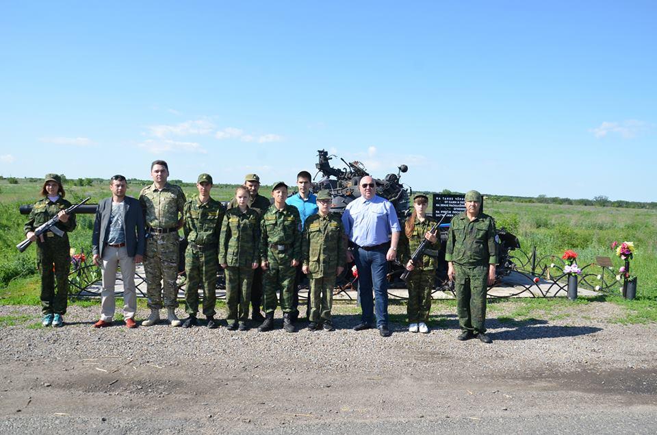 Юные патриоты ВПК МВД ЛНР заступили на Пост №1 у танка в Хрящеватом
