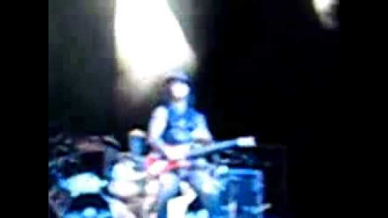 Synyster Gates falls on stage