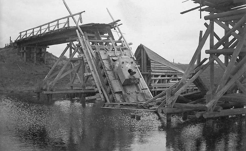 Трофейный тяжёлый танк КВ-1 из состава 12-й танковой дивизии вермахта, обрушивший мост при переправе через реку Тосна; Ленинградское направление; 1941-1942-й гг.