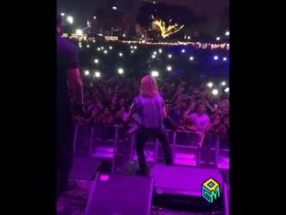 Lil Pump бросает в толпу зрителей $