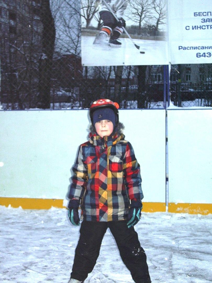Тренировка по хоккею с шайбой. Площадка на ул. Пражская д.7 к.1.