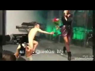 Сумасшедший голый поклонник Ольги Бузовой вручил ей букет