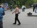 Секси бомж эротично танцует секс-танец
