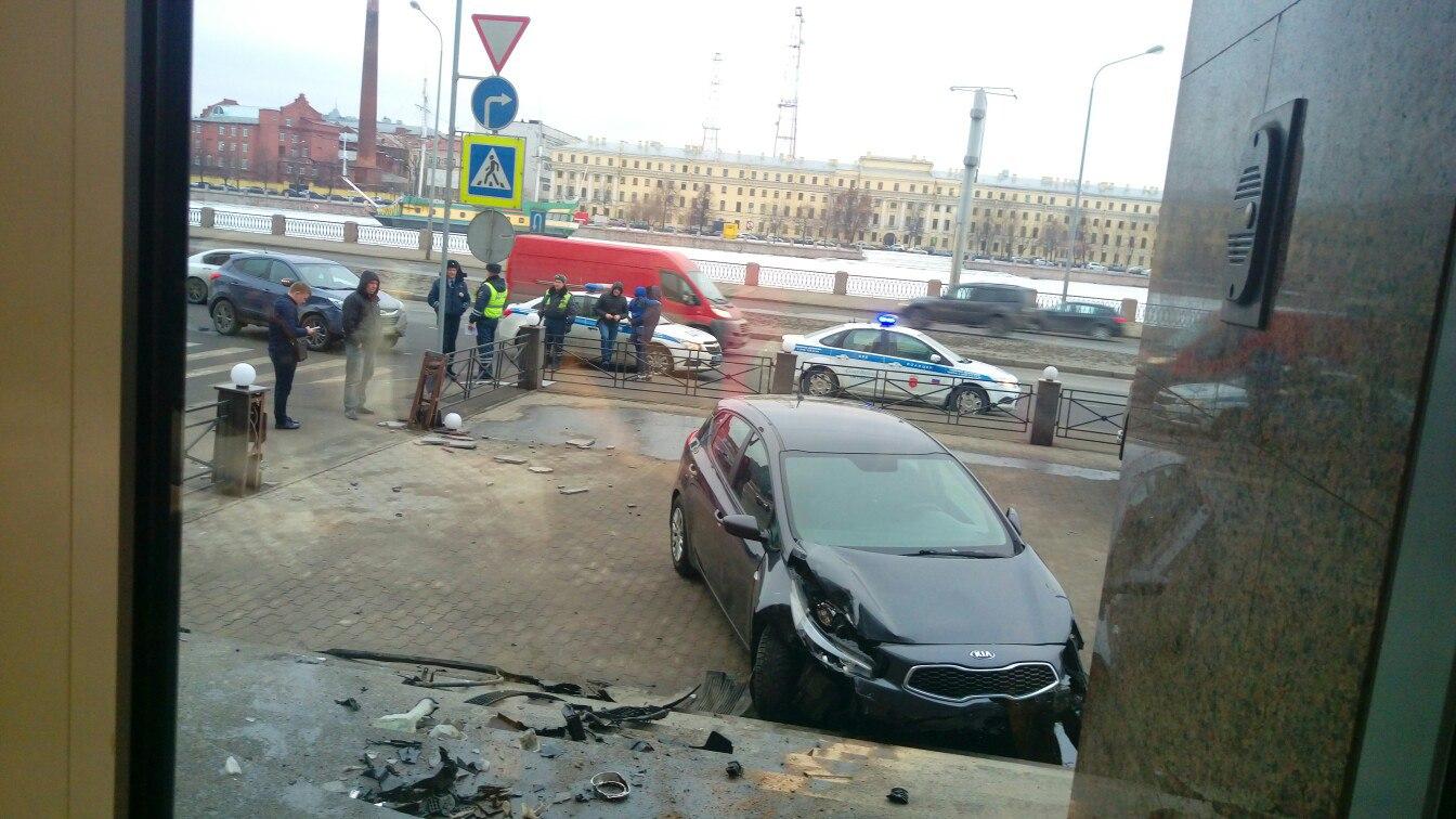 НаВыборгской стороне вПетербурге легковая иностранная машина влетело вкрыльцо здания