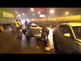 Водитель легковушки тяжело пострадал в ДТП с четырьмя автомобилями на КАД