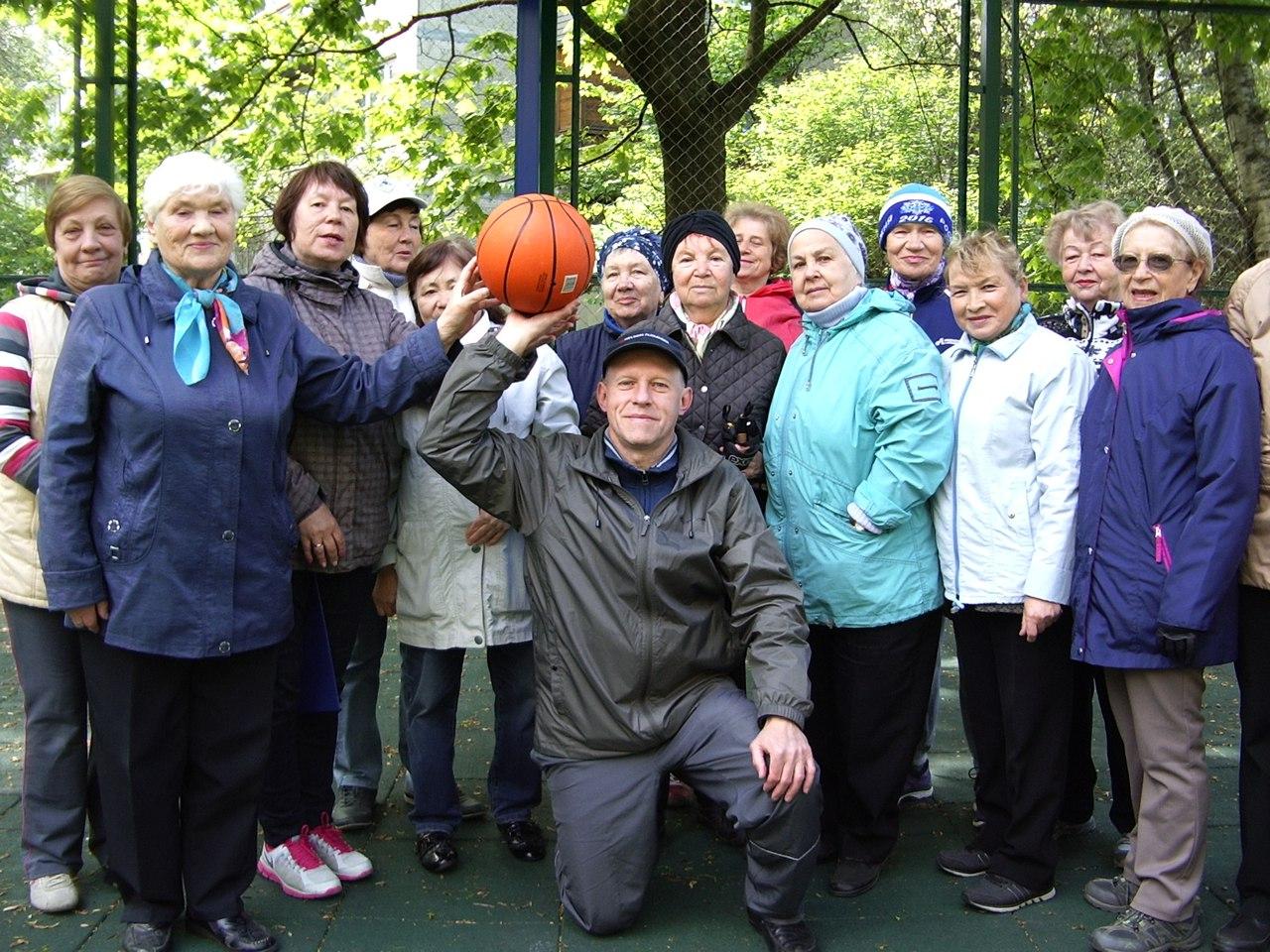 Тренировка группы здоровья Возрождение броски мяча в кольцо.