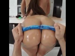 Сочная задница в масле упругая попка аппетитная жопа лапает телку молодая сексуальная девушка порно снимает трусики горячая киса