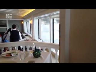 В окна ресторана бьются морские волны, романтика