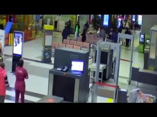 В Казани обдолбанный чувак ездил на машине по терминалу аэропорта, а ГИБДДшники