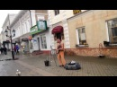 Голый музыкант поёт в мороз на улице Баумана в Казани vk.com/planetatatarstan