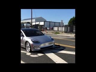 В сети появилось видео первого выезда Tesla Model 3 в город