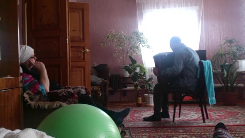 дедушка играет