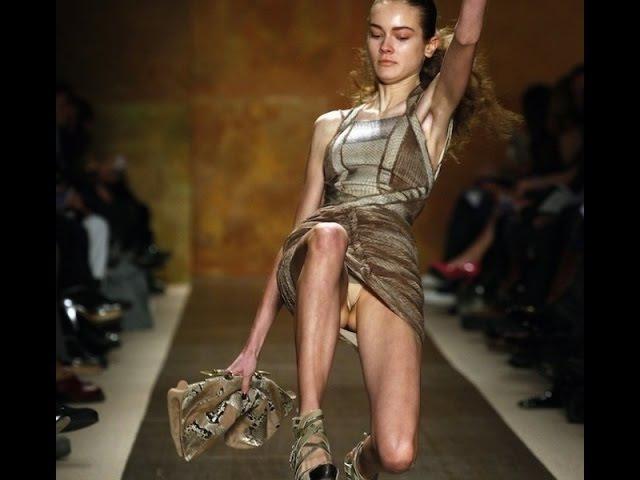 Модели падают на подиуме Осторожно каблуки