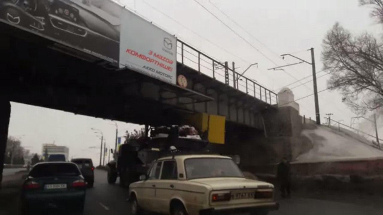 В Харькове кран застрял под мостом (ВИДЕО)