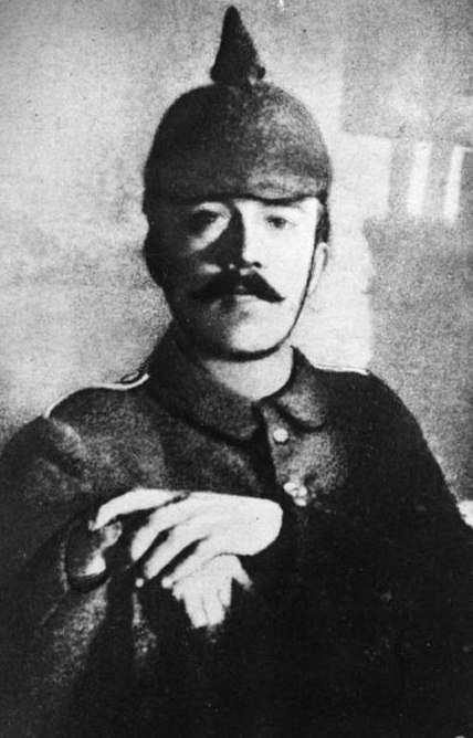Адольф Гитлер в военно-полевой форме. 1915 г. Первая мировая война.