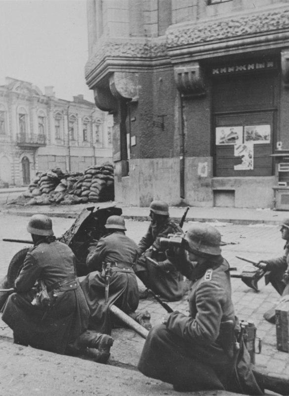 Расчет немецкой 37-мм противотанковой пушки PaK 35/36 на улице Харькова.