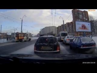 Авария на пересечение Ветеранов-добровольцев. Паджеро подбил маршрутку.