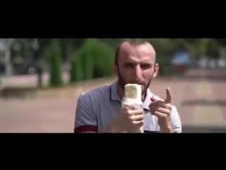 Омар исполняет