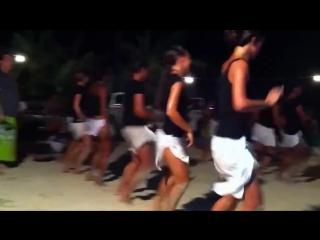 Бразильянки танцуют