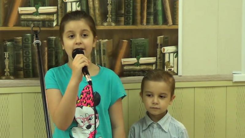 Сестра и брат,Тимея и Яша славят Господа.