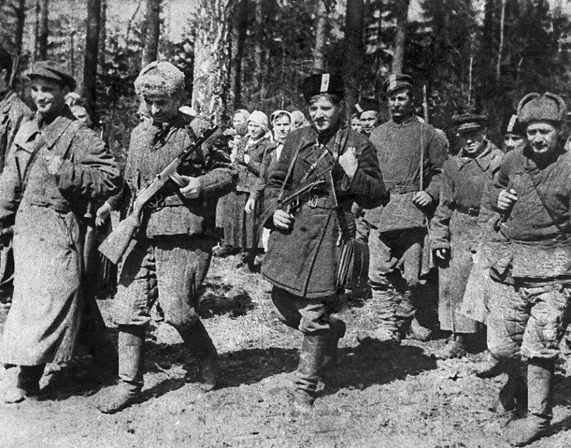 18 апреля 1942 года. Партизаны после разгрома немцев в селах Тарасовке и Шемякине. Второй слева Герой Советского Союза Емлютин.