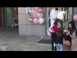 Рэпер Джиган забрал жену Оксану Самойлову с новорожденной малышкой домой.