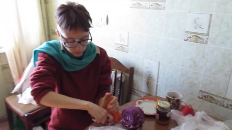 Кролик Блэк готовит поесть овощной салат