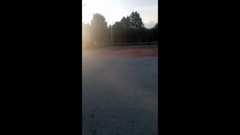 играет директор в тенис