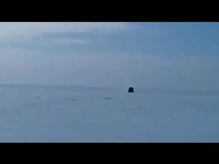 В Якутии микроавтобус ММС Делика перепрыгнул через опасный разлом на льду.