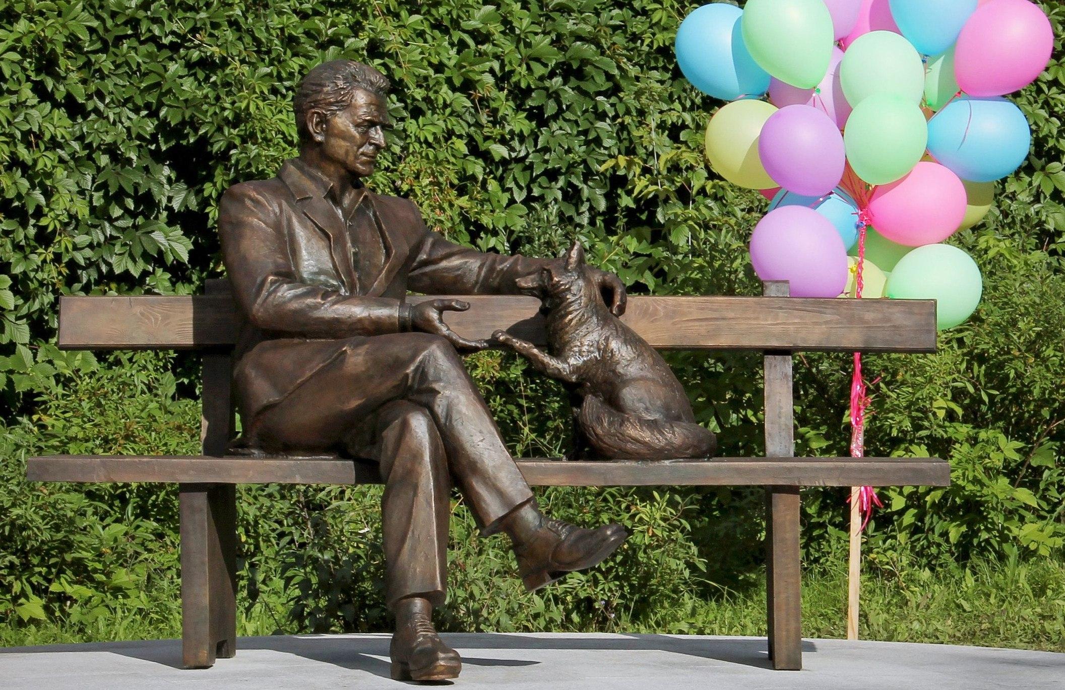 В Новосибирске установили памятник генетику Дмитрию Беляеву с одомашненной лисицей
