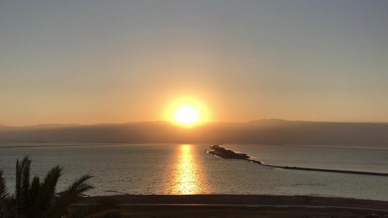 Восход солнца на Мертвом море. Какая то точка еще в кадре??