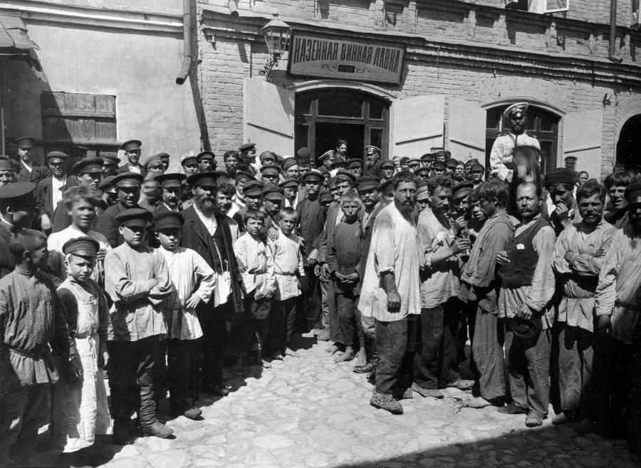 У казённой винной лавки в Нижнем Новгороде, 1890-е.