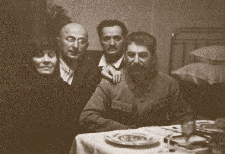 Сталин во время визита домой к матери (вместе с ним тов. Берия и Кипчидзе). Грузия, 1935 год.