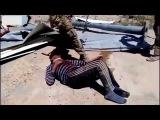 русские солдаты забивают кувалдой сирийского крестянина