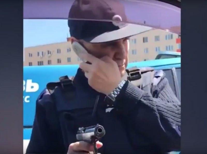 Сотрудники Спецсвязи устроили разборку надороге, угрожая водителю оружием  Интернет всколыхнуло видео дорожного конфликта, вкоторый оказались втянуты сотрудники госучреждения.