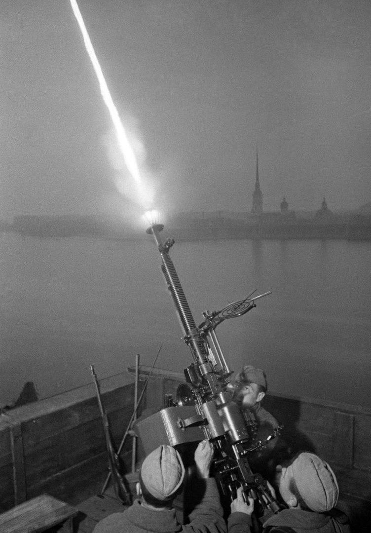 Пулемётный расчёт сержанта Фёдора Коноплёва ведёт огонь по самолётам